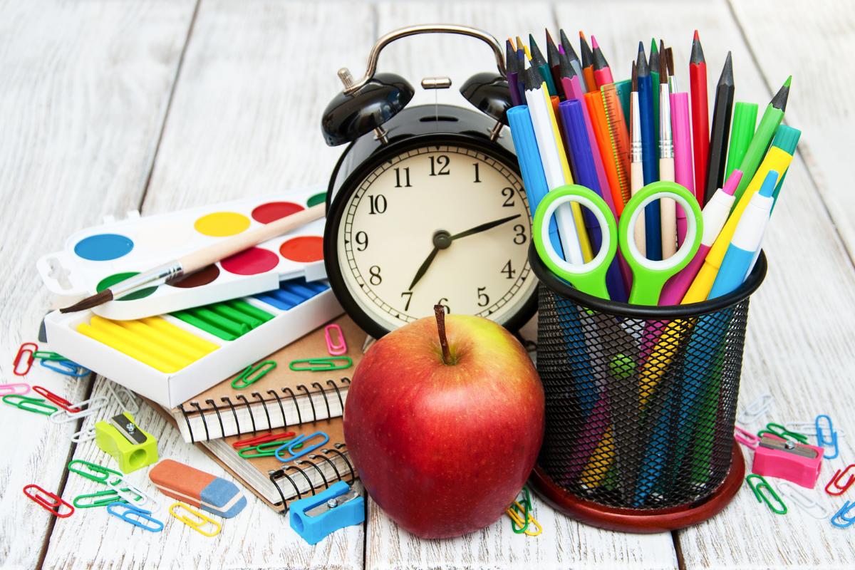 Büroartikel und Schulbedarf wie Hefte, Klebestifte und Bleistifte. Weyhe Werbung